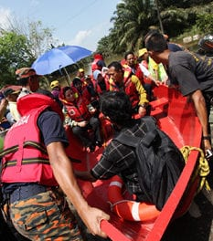 UTM CHANCELLOR AND VICE CHANCELLOR VISITED FLOOD VICTIMS IN PAGOH