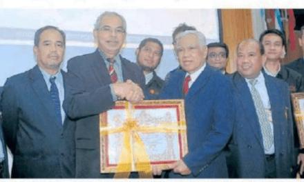 Kemboja anugerah pingat penghargaan kepada 16 staf UTM