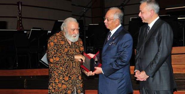 Profesor Terulung UTM YBhg. Tan Sri Prof. Dr. Syed Muhammad Naquib Al-Attas dipilih sebagai penerima Anugerah Merdeka 2012