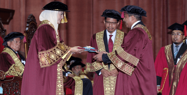 SAPURA's group president received honorary degree at UTM 50th convocation ceremony