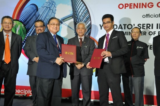 UTM ICC Deputy Director of Innovation Assoc. Prof. Dr. Arham Abdullah and CEO of Kimlun Sdn Bhd, Mr Sim Tian Liang exchanging document and witnessing by Education Minister, Dato' Seri Idris Jusoh.