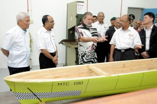 DYMM Sultan Johor melihat model kapal yang dihasilkan untuk ujian.