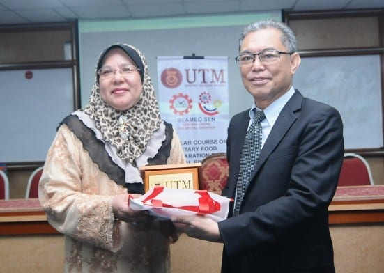 Dr Yasmin (left) receiving souvenirs from Prof. Baharuddin Aris at the closing ceremony held at Faculty of Education UTM.