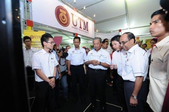 Tan Sri Muhyiddin Yassin (tiga kiri) sewaktu melawat booth UTM di KPTN 'Jom Masuk U' 2014 di kampus Johor Bahru.  Turut sama Naib Canselor UTM, Prof. Ir. Datuk Dr Wahid Omar (dua kanan) dan Ketua Setiausaha 2 KPM, Prof. Ir. Datuk Seri Dr Zaini Ujang (dua kiri)