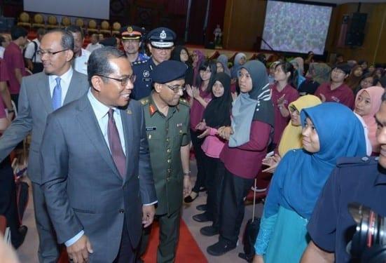 Khaled (dua kiri) beramah mesra dengan mahasiswa baru UTM sesi 2014/2015 sambil diiringi oleh Naib Canselor, Prof. Ir. Datuk Dr Wahid Omar (berseragam tentera) di majlis pembukaan Minggu Mesra Mahasiswa 2014 di Dewan Sultan Iskandar.