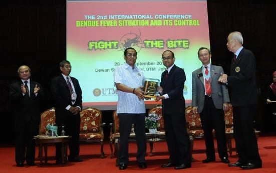 Khaled Nordin (White Shirt) receiving souvenir from UTM Vice- Chancellor, Prof. Wahid during the lauching ceremony of the 2nd International Conference Dengue Fever Situation and Its Control at Johor Bahru Campus.