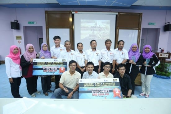 The HESCC 2014 winners taking a group photo with Prof. Dr. Shahrin (forth from right standing) at UTM Johor Bahru.