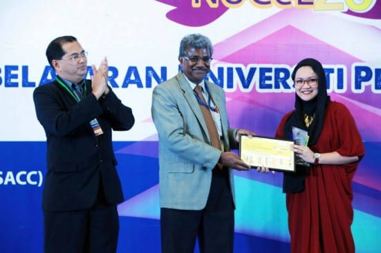 Dr. Zaleha Abdullah (most right) receiving the National e-Learning Award at the National University Carnival on E-Learning (NUCEL) 2014 held at Shah Alam Convention Centre (SACC).
