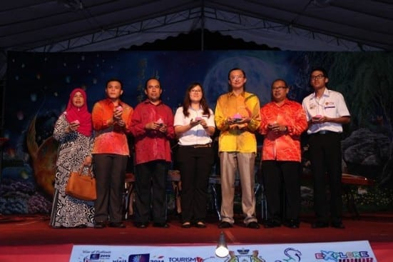 Datuk Tee Siew Kiong (third right) holding a lantern with an organizing committee as a symbol of UTM 17th Lantern Festival 2014 closure at Tasik Ilmu, Johor Bahru campus.