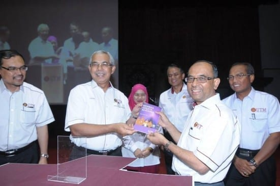 Prof. Azraai (two left) and Prof. Wahid (two right) holding a Membina Kerjaya Akademia book launching ceremony held at Dewan Sultan Iskandar, UTM Johor Bahru.