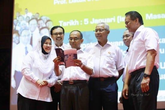 Prof Wahid (holding the book) at the launching ceremony of 'Menerajui Inovasi Ke Arah Kemakmuran Sejagat' book written by him at New Year Address session held at Dewan Sultan Iskandar, UTM Johor Bahru.