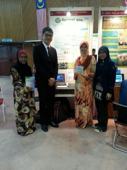 Liew Yen Peng (second left) standing in front of his booth at INATEX 2014 held at UTM Johor Bahru. Standing on the second right is Assoc. Prof Sharifah Rafidah Wan Alwi, Liew supervisor for his PhD.