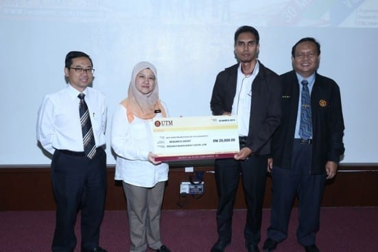 Prof. Raha (second left) handing mock cheque to one of the winners witnessed by Prof. Ahmad Fauzi (most left) and Prof Ruzairi Rahim (most right) at 2011 UTM GUP Colloquium held at FBME, Johor Bahru campus.