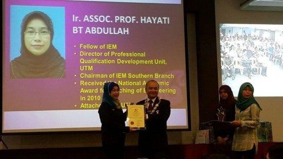 Ir Hayati (left) receiving the award from IEM President, Dato' Ir. Lim Chow Hock.