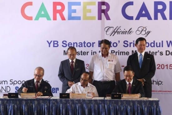 The signing of MoU between UTM and IEM (left) and UM Land Berhad at the opening ceremony of UTM Career Carnival 2015.
