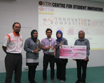 Prof. Abdul Rashid (most left) presenting an award to Team SPPL11 at CSIUTM after the evaluation session. Receiving the present was Dr. Mahyuddin Arsat, Team SPPL11 facilitator.
