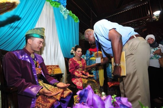 Peserta UPF 2015 mencuba menepung tawar pengantin mengikut kebudayaan Melayu.