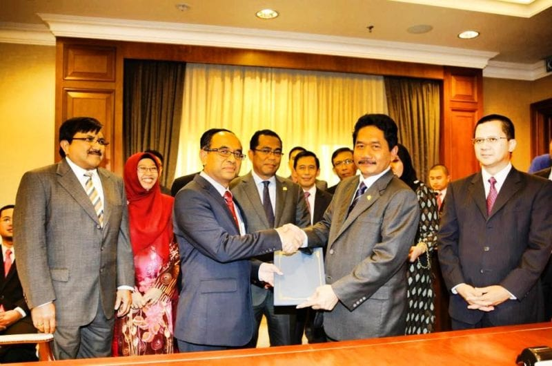 UTM- Johor State Government Seal Agreement for 25 State Administrative Officers to Pursue Postgraduate Studies at UTM