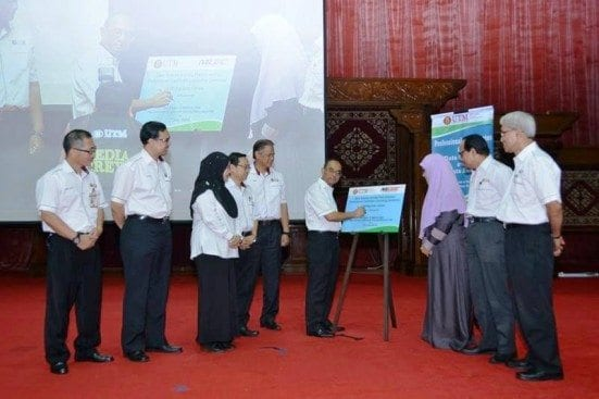 Prof. Wahid (fourth right) signing the officiating plaque at the Staff Monthly Gathering held at Dewan Sultan Iskandar, Johor Bahru campus.