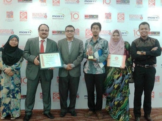 Prof. Hesham (second left) with Prof. Ramlan Aziz together with IBDUTM Research Group taking a group photo after the award handing ceremony at PWTC, Kuala Lumpur.