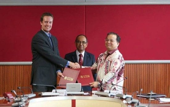 Sune Balle Hansen (most left) exchanging LoC documents with Darrel Webber (most right) witnessed by Vice Chancellor, Prof. Datuk Ir. Dr. Wahid Omar at UTM Kuala Lumpur.
