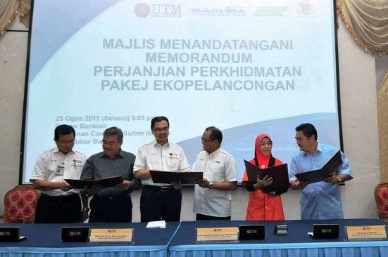 Prof. Azlan (third left) together with representatives from selected Travel Agents observed the agreements for UTM Ecotourism services.