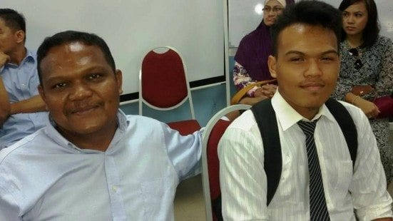 Arfanizam (right) with his father at registration session held at UTM Johor Bahru. The below photograph is Muhammad Zekry Hussain.