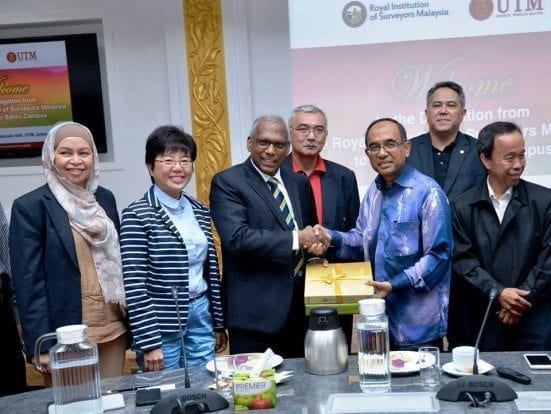 RISM President, Dato Sri Sr. Kandan (third left) exchanging souvenirs with Vice Chancellor, Prof. Datuk Ir. Dr. Wahid Omar after the briefing ceremony held at Senate Hall.