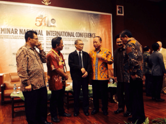 Prof. Dr Baharuddin (third from left) disuccing with Indonesian Education Minister.