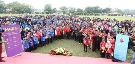The Malaysia Volunteer Programme 2015 volunteers from UTM with local residents taking a group photo with Johor State Chairman of Housing and Local Government, Yang Berhormat Datuk Hj. Abd. Latif Hj. Bandi at Public Football field, Mersing.