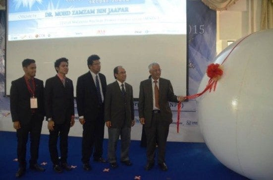 Dr. Mohd Zamzam Jaafar (most right) pulling the giant balloon rope as the symbol of opening ceremony of UTM Nuclear Youth Congress (NYC) 2015 at Banquet Hall, Sultan Ibrahim Chancellery Hall, UTM Johor Bahru.
