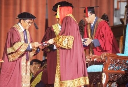 Menteri Besar of Johor, Dato' Seri Mohamed Khaled Nordin receiving the Honorary Doctorate Degree of Mangement from HRH Raja Zarith Sofiah.