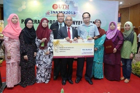 Dr. Afzan Othman (fourth right) receiving the mocque cheque from Vice Chancellor, Prof. Ir. Dato' Dr. Wahid Omar at INATEX 2015 held at Dewan Sultan Iskandar, Johor Bahru campus.