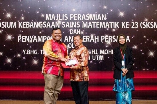 Winners of 2nd Place of consolation prize of PhD Thesis category, Dr. Abdul Rahman Mohd Kasim received his award from UTM Pro-Chancellor, Tan Sri Dr. Salleh Mohd Nor at the opening ceremony of 23rd SKSM at Pulai Springs Resort.