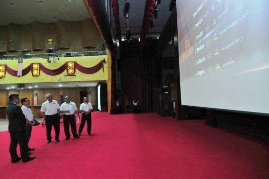 Prof. Ahmad Fauzi Ismail (second left) watching the INNOCOMMS system after the launching ceremony held at Dewan Sultan Iskandar, UTM Johor Bahru campus.