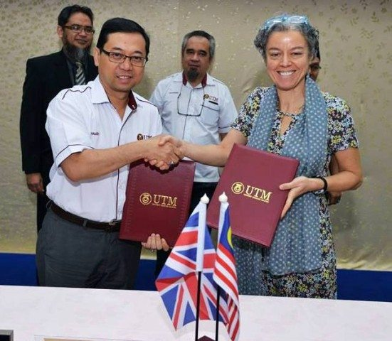 Prof. Ahmad Fauzi Ismail (left) exchanging MoA documents with Prof. Simone after the signing ceremony between UTM-University of Cambridge that held at Banquet Hall, Sultan Ibrahim Chancellery Building, UTM Johor Bahru.