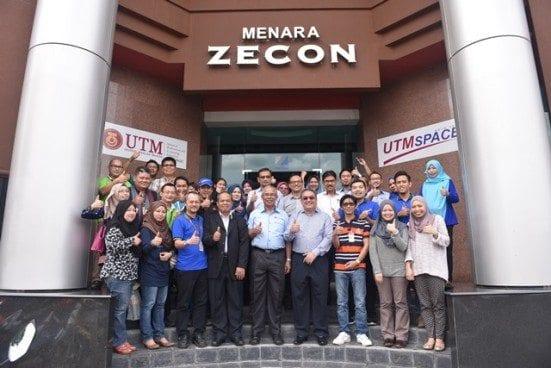 Prof Mohd Azraai bersama sebahagian daripada pelajar UTMSPACE.
