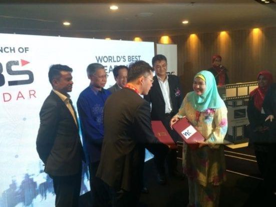Deputy Vice Chancellor Academic and International, Professor Dr rose Alinda Alias exchanging document with Mr. Zulfiqar Zainuddin, Managing Director of i2M.