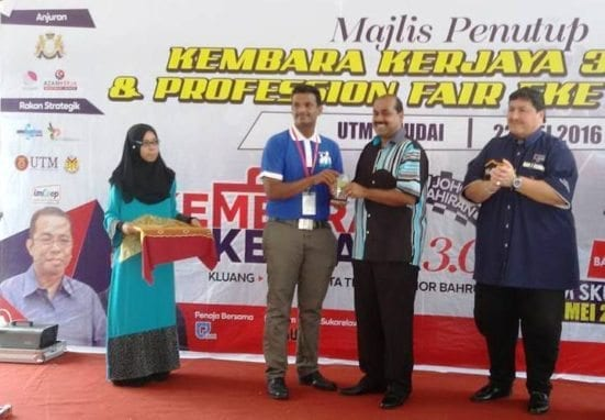 Jeevaniswaran (second right) handing the souvenir to the Honourable Vidyananthan (second right) after the closing ceremony of Kembara Kerjaya 3.0 and FKE Profession Fair 2016 which held at UTM Square, Johor Bahru campus.