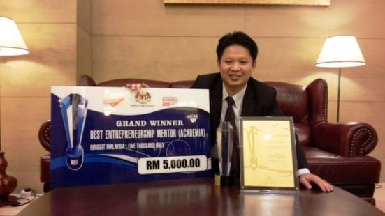 Dr Yeong after receiving the 2015 MOHE Entrepreneurial Award on 2015 Award of 2015