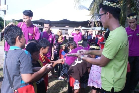 The UTMBIOSS team member showing the Orang Asli community on the right way of washing hand