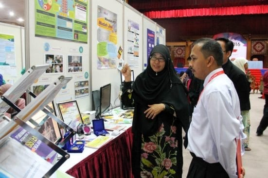 One of the IUCEL 2016 participant explaining about her e-Learning products to one of the visitors at Dewan Sultan Iskandar, UTM Johor Bahru