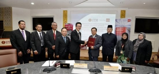Prof Ahmad Fauzi (fourth right) exchanging MoU document with David Chin after the signing ceremony held at UTM Johor Bahru