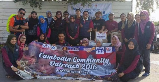 The CamCo'16 team taking a photo group before leaving Cambodia