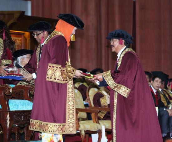 Tan Sri Dato' Dr. Lin See Yan (above) receiving his appointment letter as Pro-Chancellor and Prof. Ismail Kailani receiving his appointment certificate as Emeritus Professor (below)