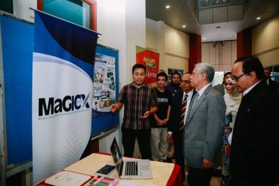 DAtuk Seri Idris melawat pameran selepas melancarkan program 2U2I.