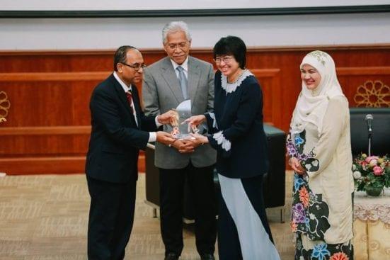 Prof. Wahid menyampaikan cenderamata kepada Datuk Yasmin.