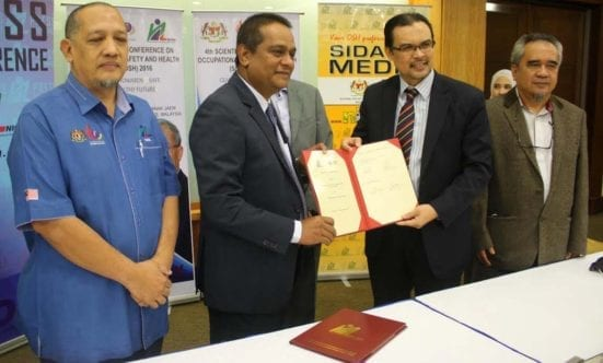 Haji Zahrim Osman (second left) holding the MoU document with Prof. Dr. Azlan Abdul Rahman (second right) after the signing ceremony of UTM-Niosh collaboration pact at PERSADA Johor.