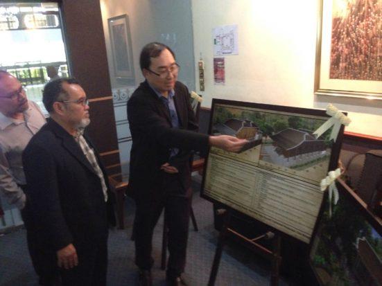 Dr Lim menerangkan mengenai reke bentuk galeri.