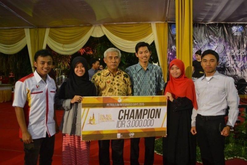 Pelajar UTM Juara Pertandingan Rekaan Pelantar Minyak PETROLIDA 2015